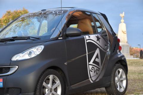 Véhicule mascotte de l'enseigne ALAUZY EVO, cette Smart en Total Covering Toulouse